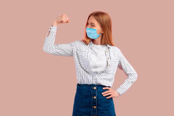 Frau die ein starkes Immunsystem hat