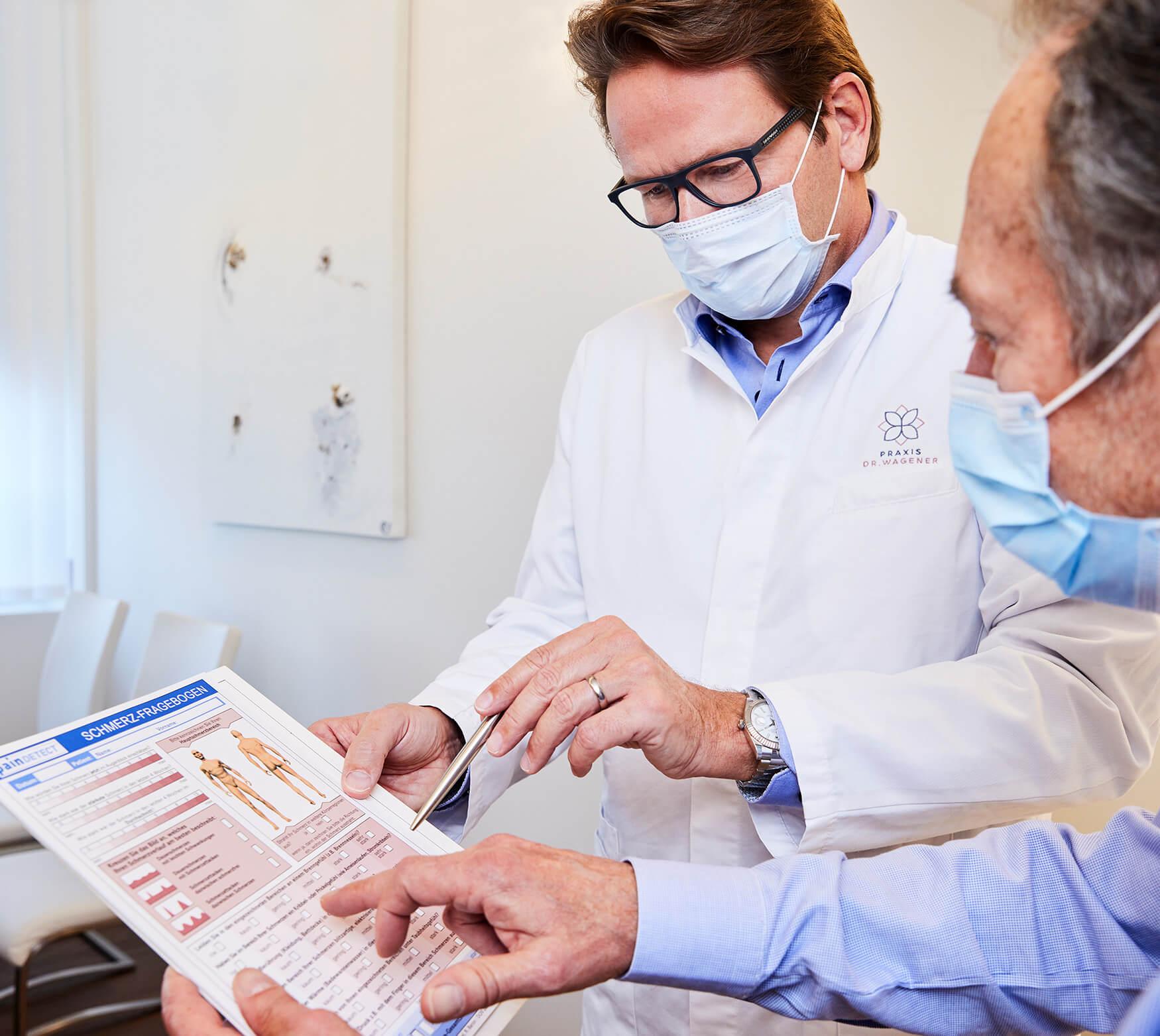 Dr. med. M. Wagener in einer Besprechung mit einem Patienten