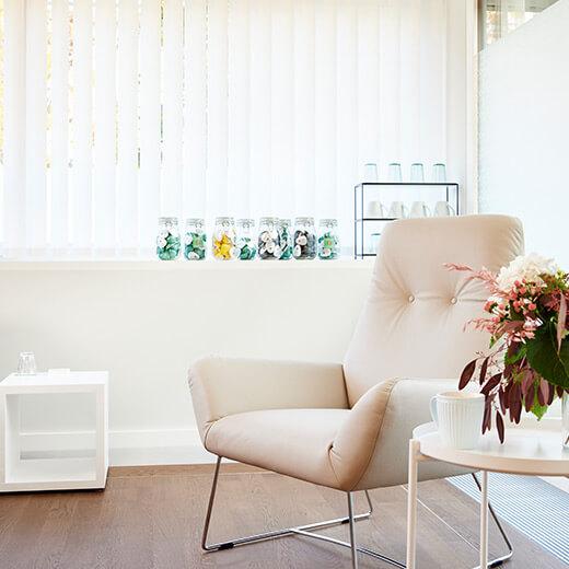 Stuhl und Teestation im Infusionszimmer der Praxis Dr. Wagener