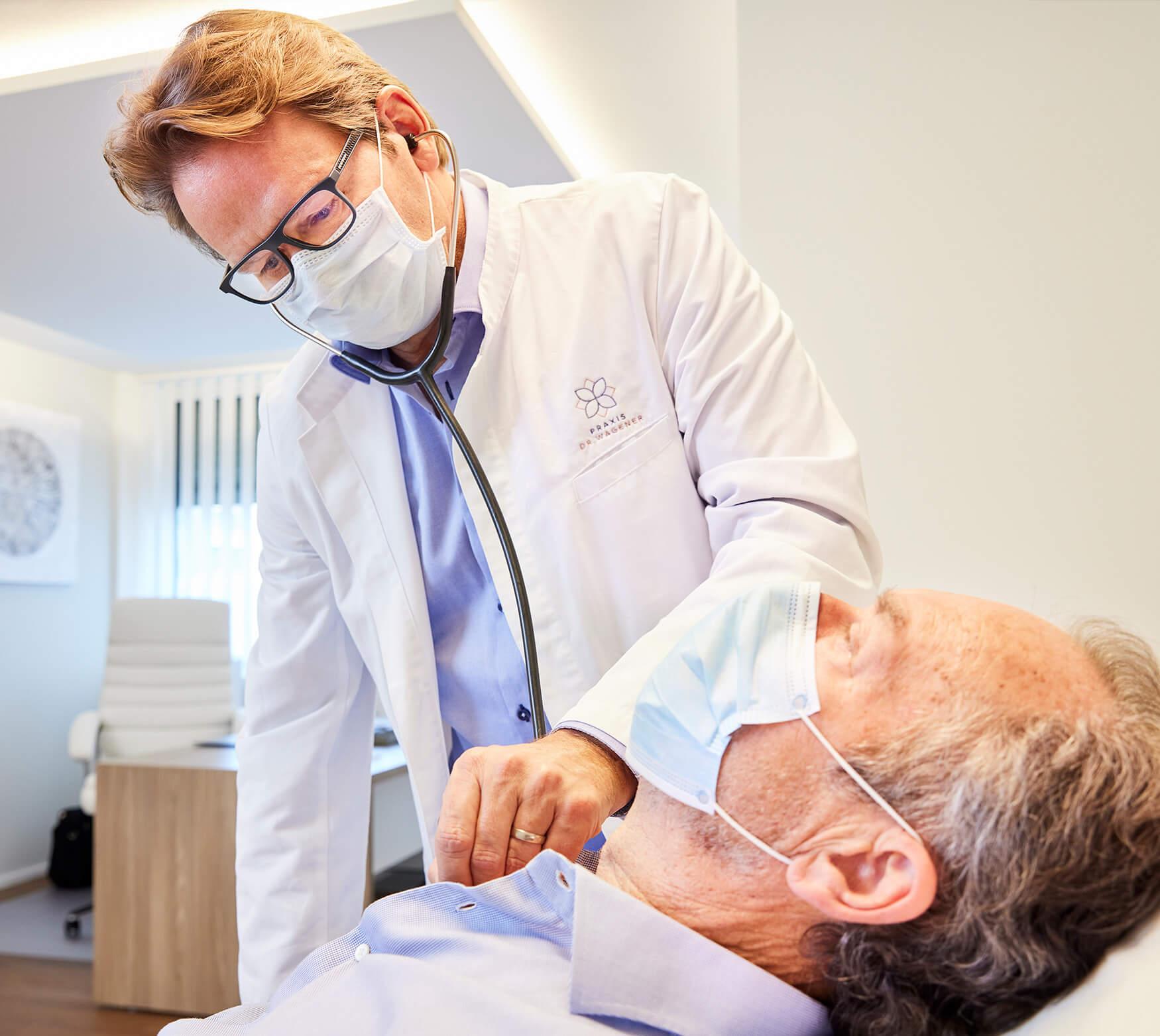 Dr. med. M. Wagener in einer Behandlung