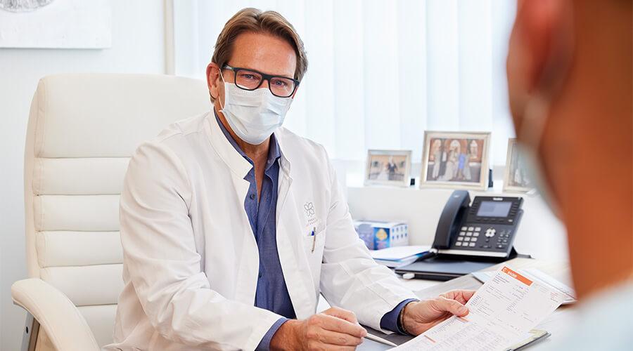 Hausarzt Dr. med. Michael Wagener in einem Patientengespräch